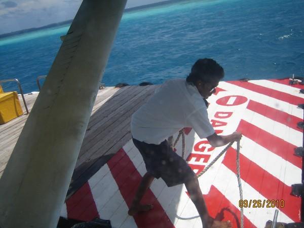 Наш самолет привязывают к плоту