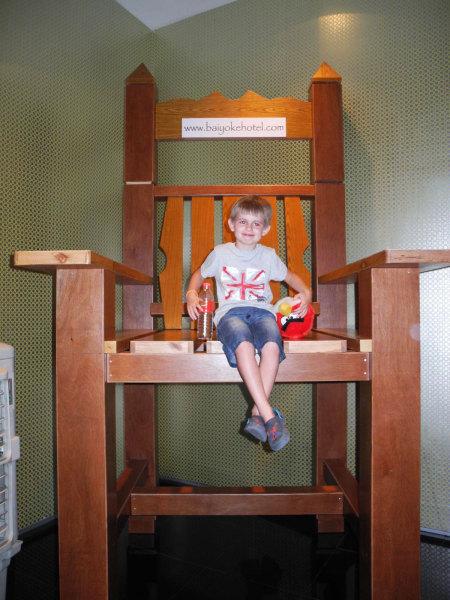 Гигантский стул в башне Baiyoke Tower II
