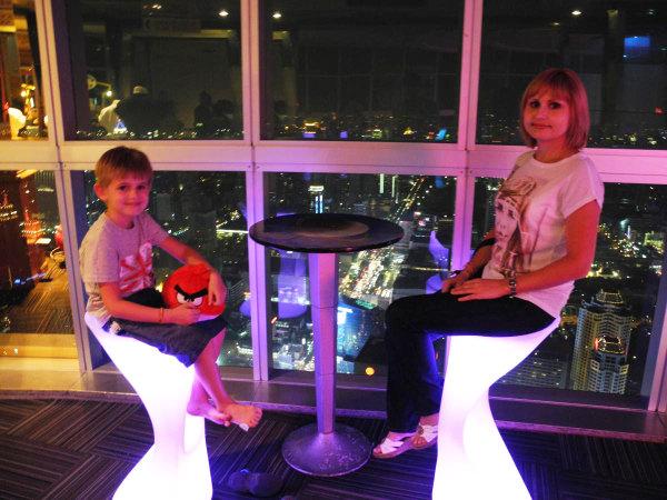 мы с сыном на фоне вечернего Бангкока