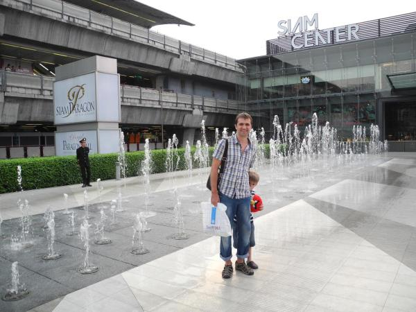 Около торгового центра Siam Paragon