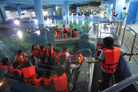 Катание на лодке с прозрачным дном в океанариуме Siam Ocean World