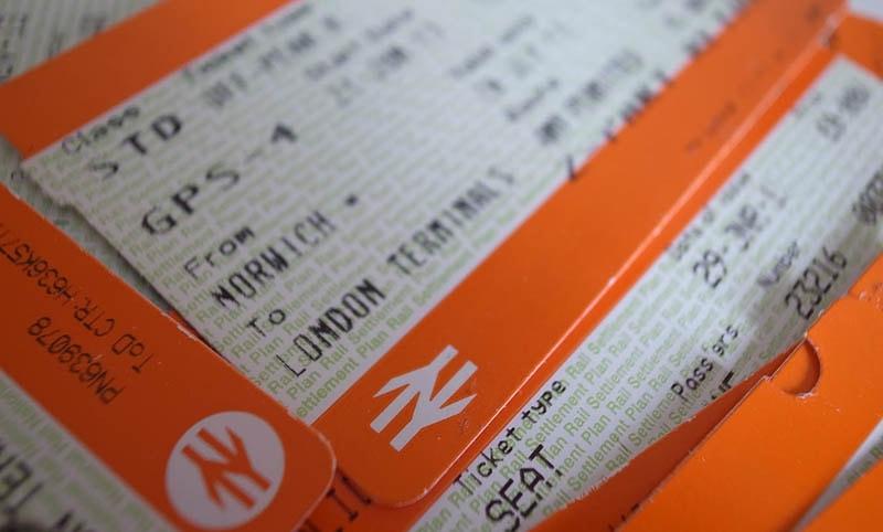 Ж/д билеты на оранжевом бланке и с логотипом ж/д дорог.