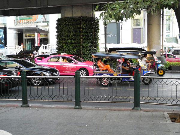 Тук-тук – равноценный участник дорожного движения в Бангкоке