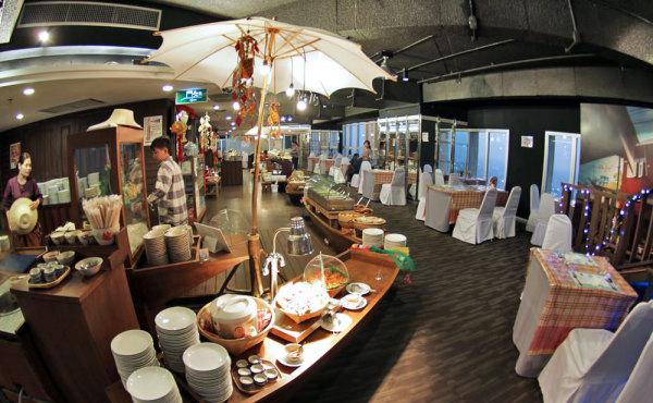 В ресторане Baiyoke Sky Hotel